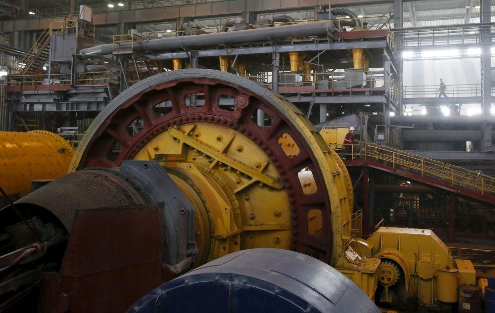 Robotnik przy rozdrabniaczu w kopalni złota Olimpiada na Wschodniej Syberii