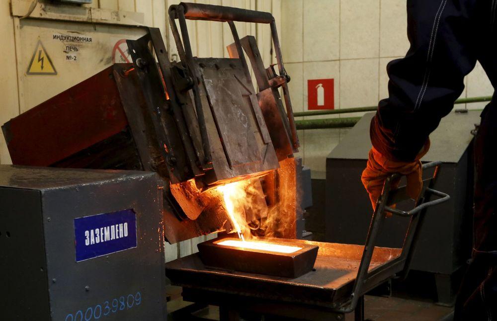 Odlewanie sztabek złota wydobytego w kopalni Olimpiada na Wschodniej Syberii