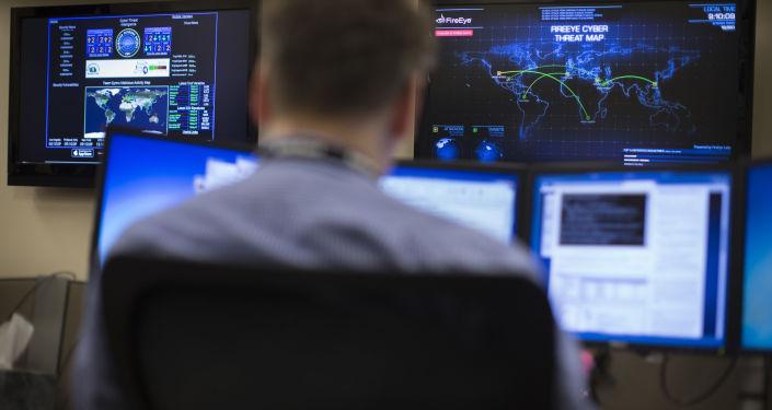 Specjalista ds. bezpieczeństwa przed mapą z zagrożeniami cybernetycznymi w amerykańskim stanie Ohio