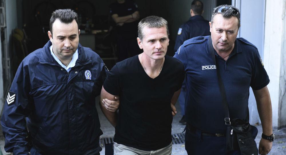 Obywatel Rosji Aleksander Winnik przy wyjściu z budynku sądu w Salonikach, Grecja