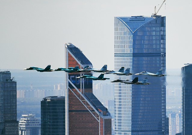 Su-35 na niebie nad Moskwą
