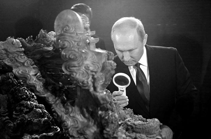 Putin z lupą w Muzeum Narodowym w Chinach
