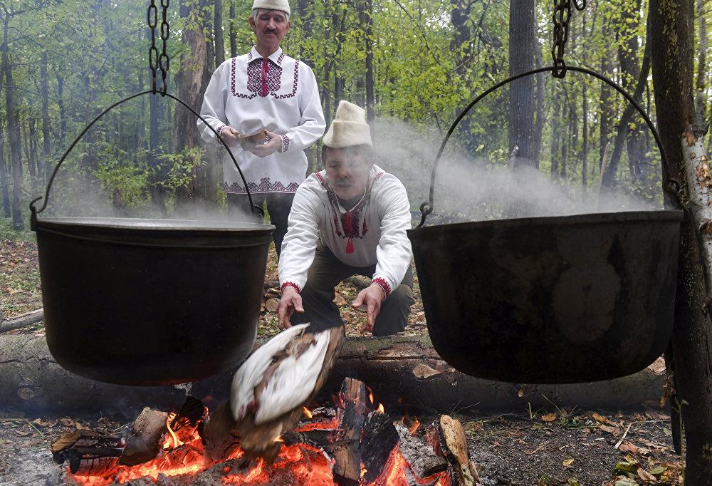 Obok kapiszcz są ogniska z kotłami, gdzie gotuje się ofiarne gęsi. Wcześniej na dużych modlitwach składano ofiary z byków.