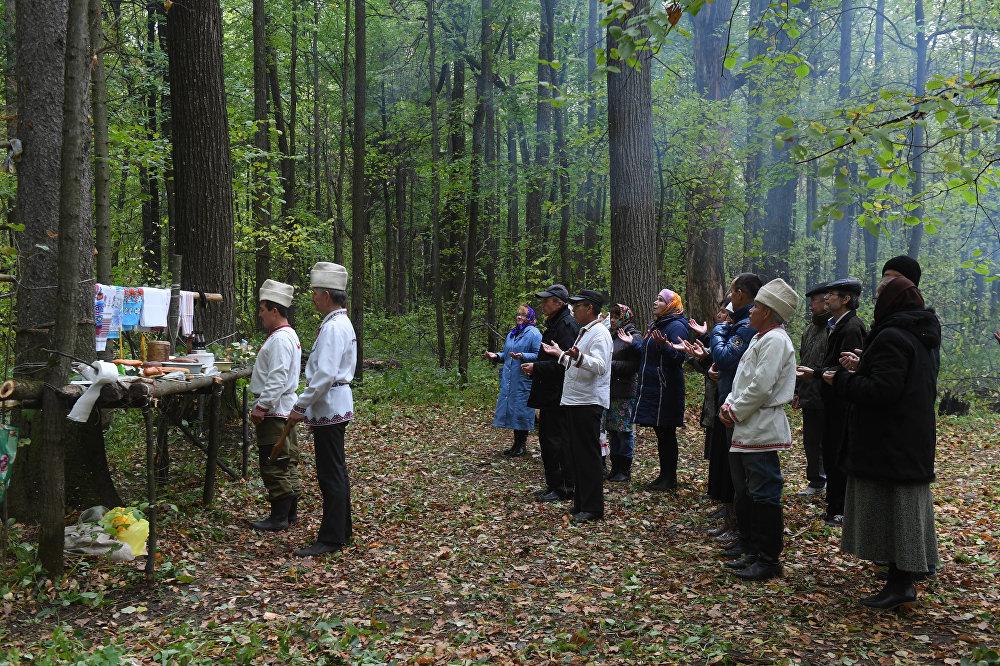 Ośrodkami modlitw są wybrane przez żerców drzewa, po których modlitwy wznoszą się do nieba.