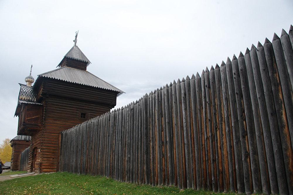 Rekonstrukcja południowego muru Ilimskiego Ostrogu na terytorium skansenu.