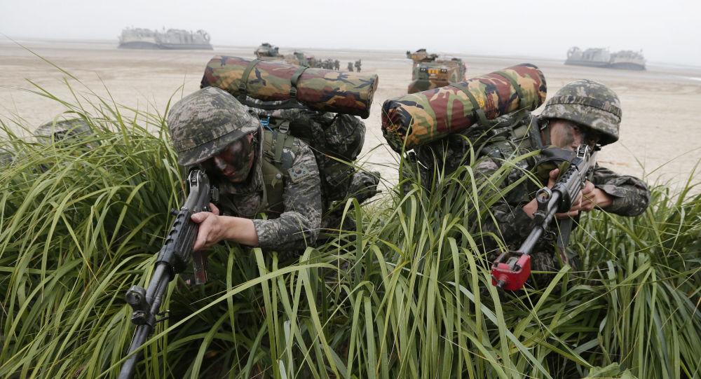 Południowokoreańska piechota morska podczas ćwiczeń wojskowych. Zdjęcie archiwalne