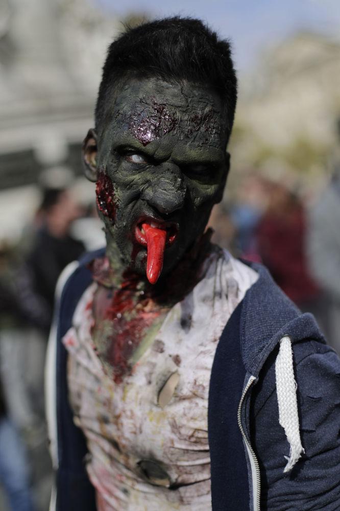 Uczestnik marszu zombie w Paryżu