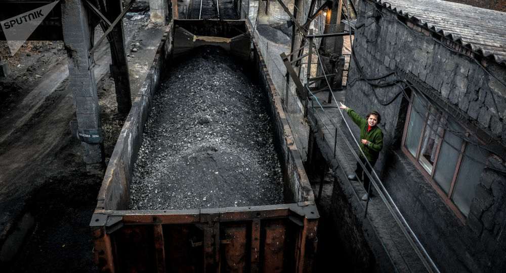 Załadunek węgla do wagonów w kopalni imienia Czeluskincew w Doniecku