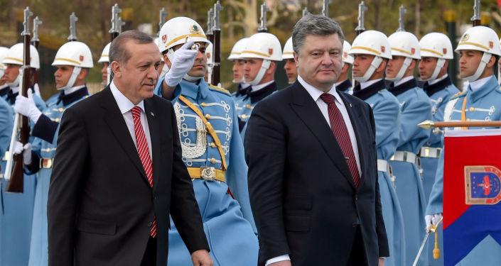 Prezydent Turcji Tayyip Erodgan i prezydent Ukrainy Petro Poroszenko przed oficjalnym spotkaniem