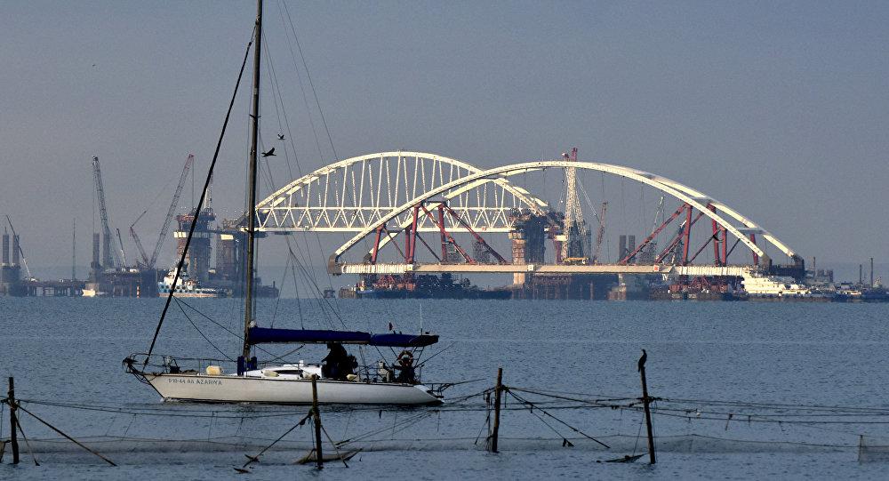 Łuk mostu drogowego wprowadzono na tor wodny Kanału Kerczeńsko-Jenikalskiego