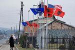 Flagi Albanii, USA i Unii Europejskiej obok budynku administracyjnego w albańskiej części Kosowa