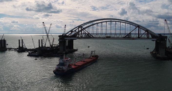 Pierwszy statek pod łukiem drogowym Mostu Krymskiego