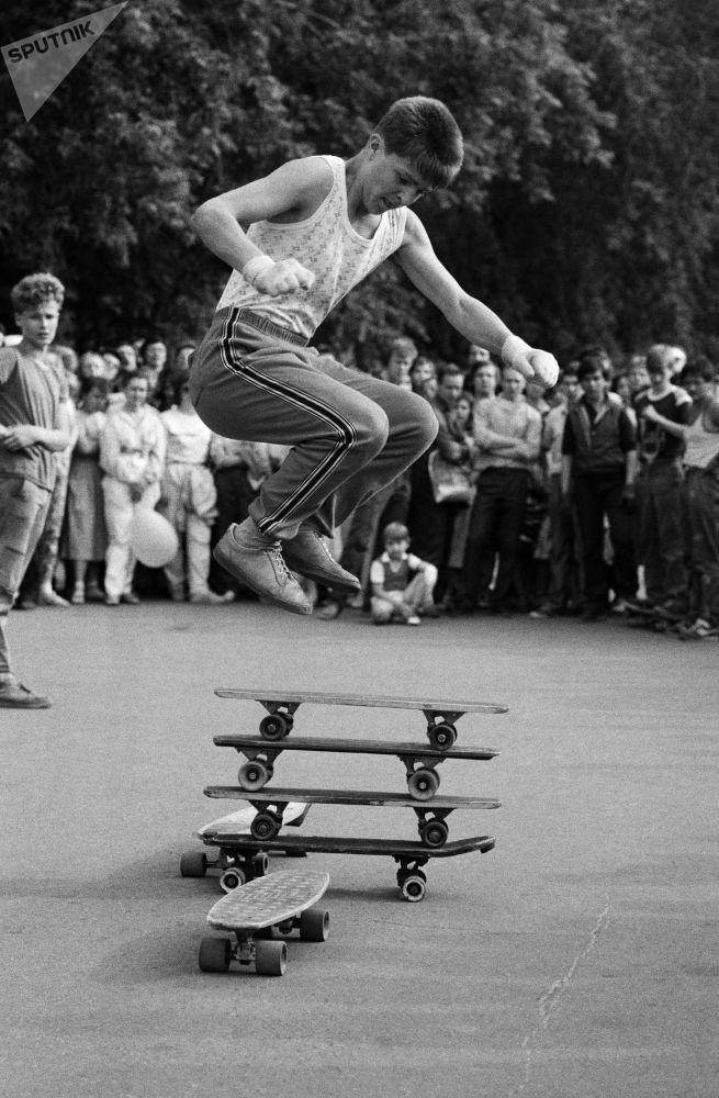 Uczestnik święta Moskiewski Komsomolec pokazuje jak jeździ się na deskorolce, 1988 rok