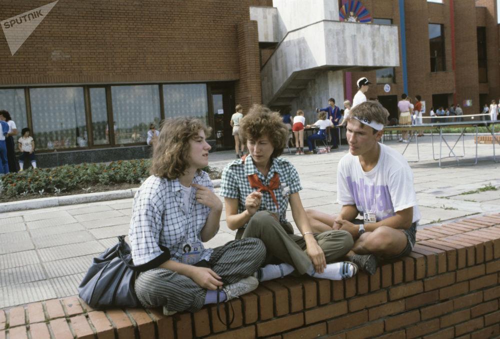 Uczestnicy Międzynarodowego Obozu Dziecięcego XII Światowego Festiwalu Młodzieży i Studentów, Moskwa, 1985 rok