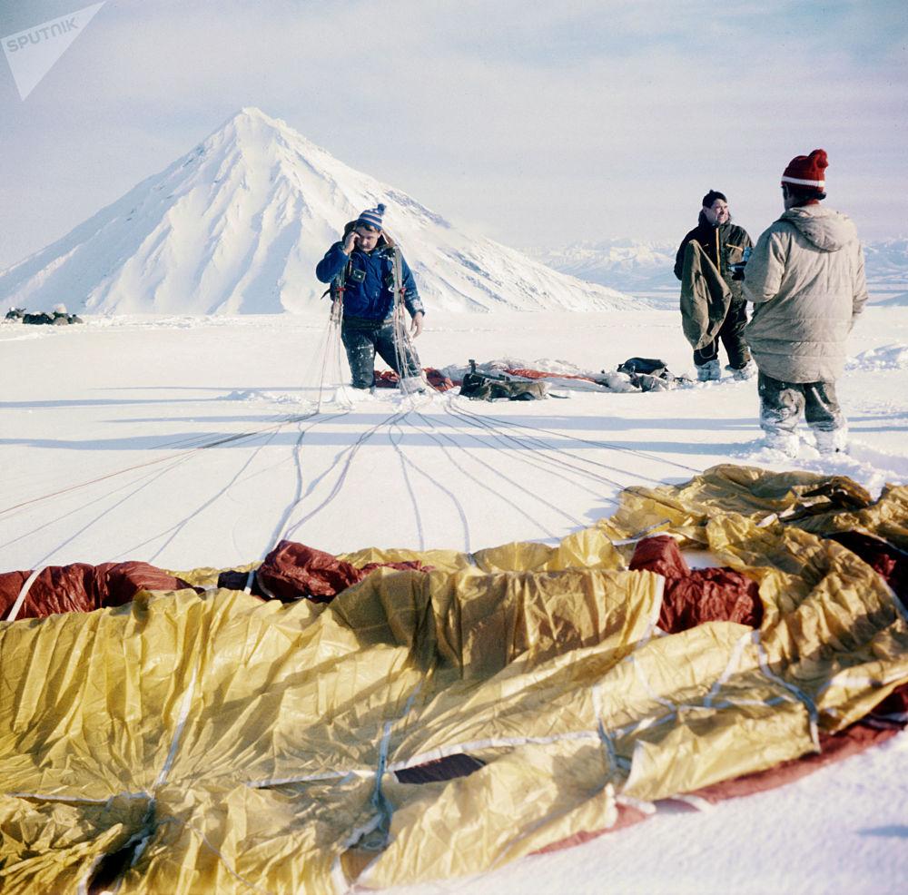 Grupa spadochroniarzy, alpinistów i wulkanologów po wylądowaniu na wulkanie Awaczyńskaja Sopka, 1981 rok