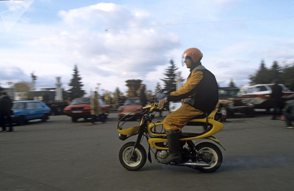 Moped Motopszczółka, wykonany przez mistrzów z Uzbeckiej Demokratycznej Republki Ludowej, 1985 rok