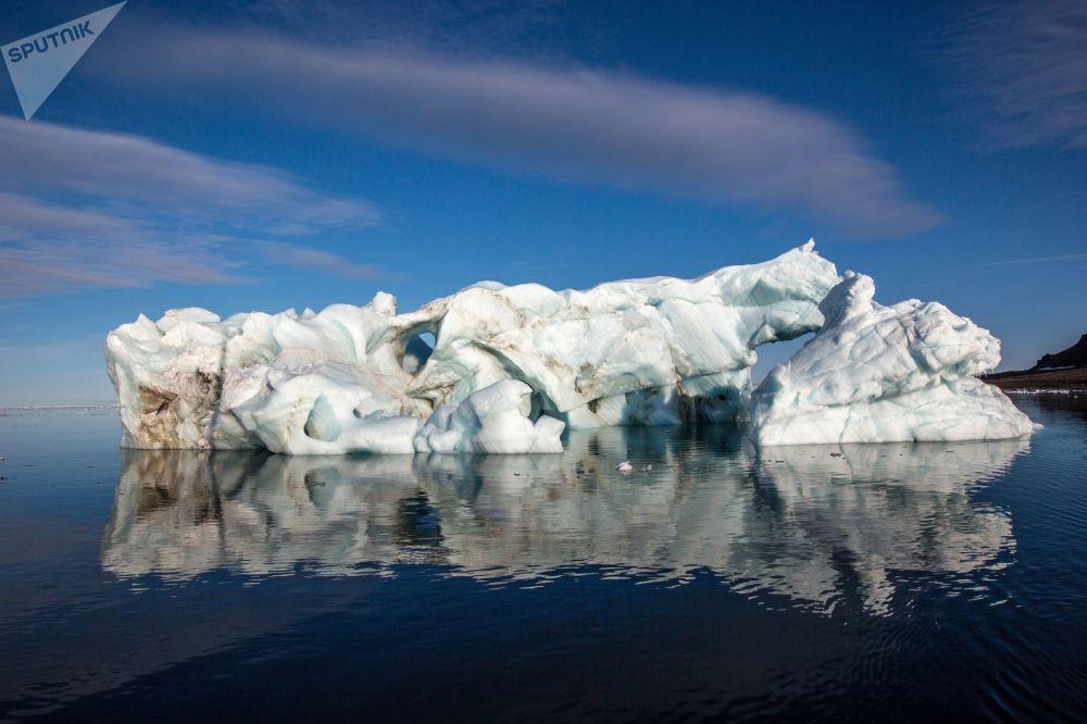 Góra lodowa przy brzegu jednej z wysp wchodzącej w skład archipelagu Ziemia Franciszka Józefa.