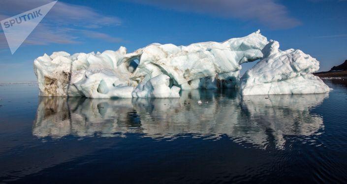 Góra lodowa u wybrzeży jednej z wysp archipelagu Ziemia Franciszka Józefa
