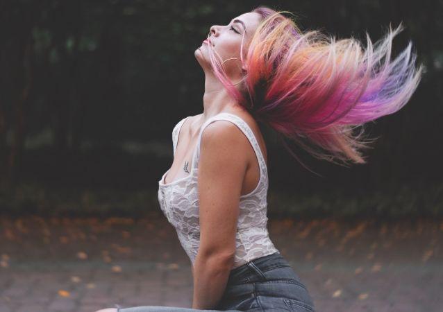 Dziewczyna z kolorowymi włosami
