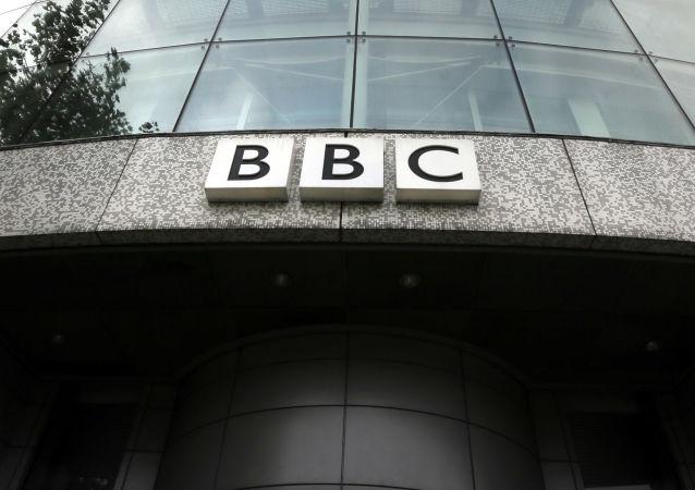 Logotyp BBC na budynku siedziby w Londynie