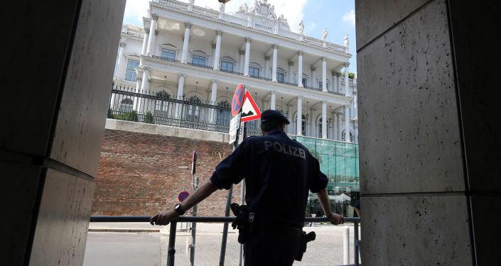 Policjant przed hotelem Palais Coburg w Wiedniu