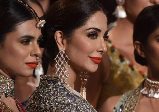 Modelki prezentują kolekcję projektanta Mahgul podczas Tygodnia mody ślubnej w Pakistanie