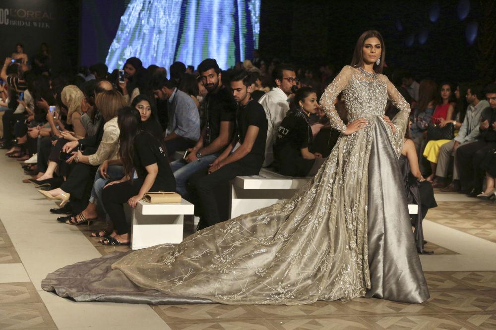 Modelka prezentuje kolekcję projektanta Zuria Dor podczas Tygodnia mody ślubnej w Pakistanie