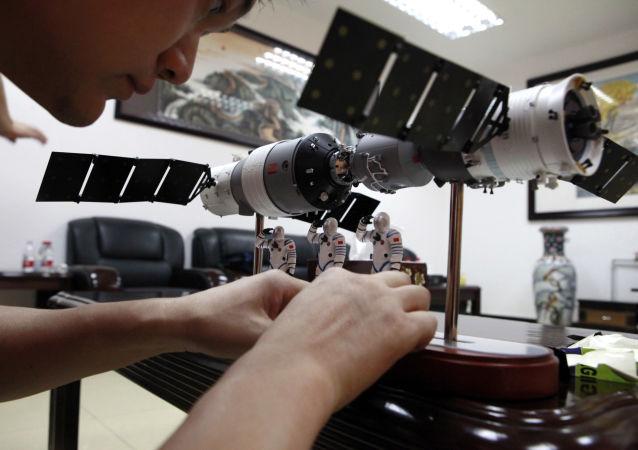 Model dokowania chińskiego statku kosmicznego Shenzhou 9 z orbitalną stacją Tiangong 1