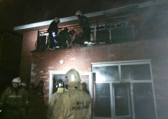 Pracownicy MSN pracują na miejscu pożaru w domu seniora przy ulicy Kurortowej w Irkucku