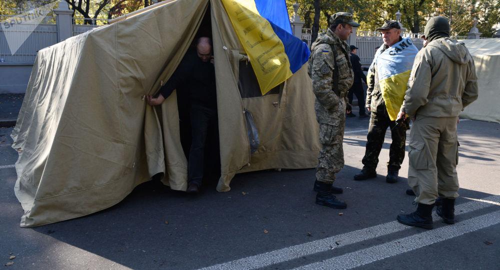 Miasteczko namiotowe zwolenników reform politycznych w pobliżu Rady Najwyższej w Kijowie