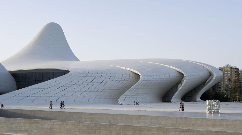 …pofalowane żebra Centrum Kultury Gejdara Alijewa w Baku autorstwa Zachi Hadid.