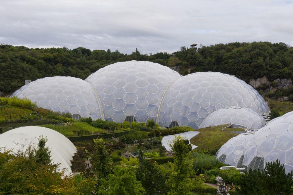 …pokryte bańkami kopuły kompleksu oranżerii Eden w Wielkiej Brytanii autorstwa architekta Nicolasa Grimshawa.