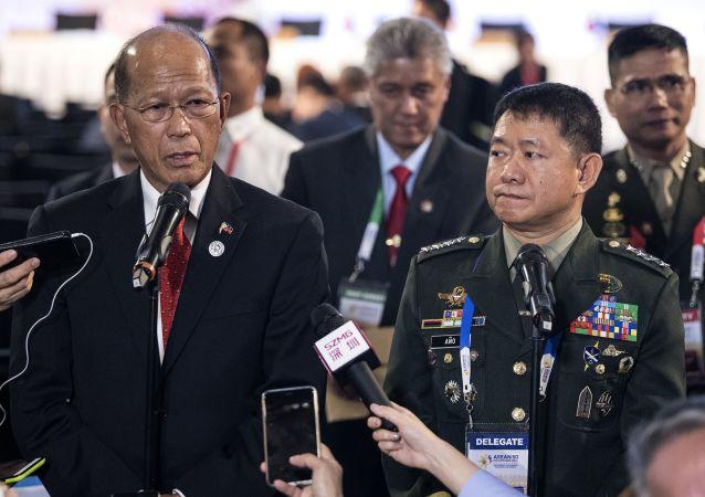 Minister obrony Filipin Delfin Lorenzana i dowódca filipińskich sił zbrojnych Eduardo Ano na konferencji prasowej w mieście Clark, Filipiny