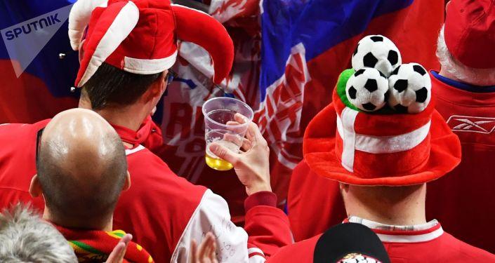 Kibice z piwem podczas meczu. Zdjęcie archiwalne