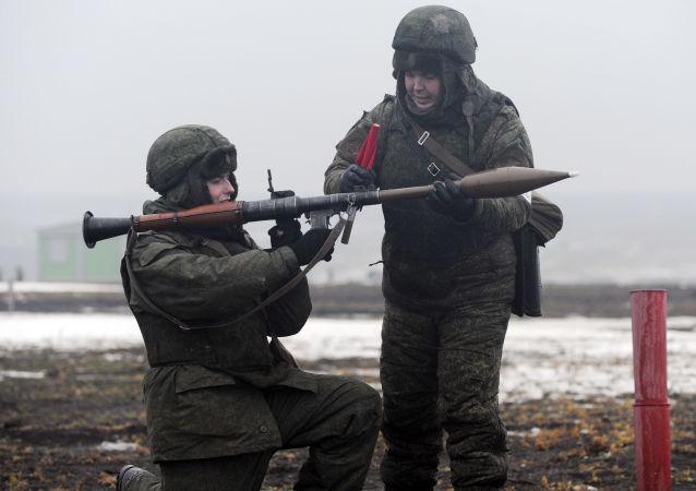 Wojskowi prowadzą zajęcia z ręcznym granatnikiem przeciwczołgowym RPG-7W podczas ćwiczeń polowych