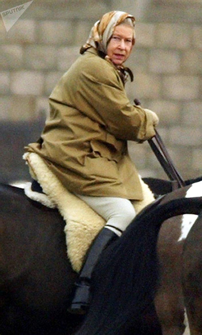 Królowa Wielkiej Brytanii Elżbieta II podczas jazdy konnej