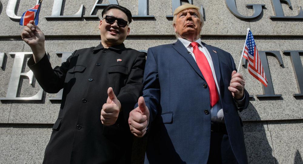 Sobowtóry przywódcy Korei Północnej Kim Dzong Una i prezydenta USA Donalda Trumpa w Hong Kongu