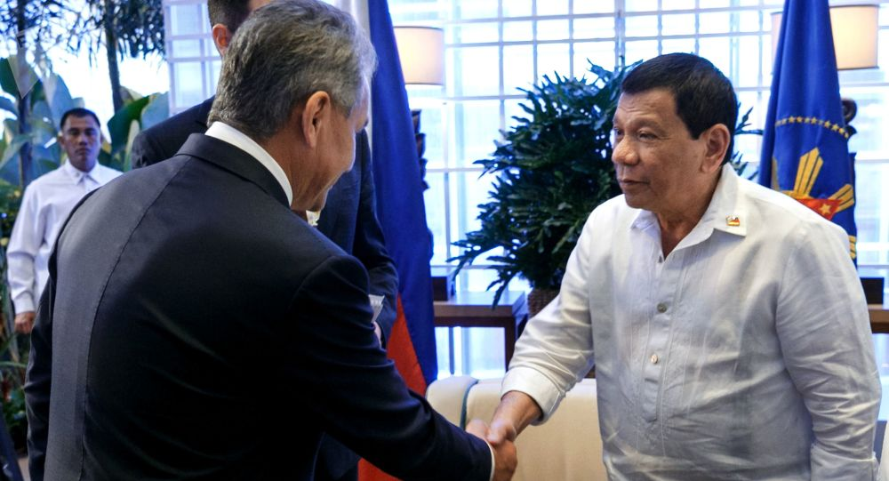 Minister obrony Rosji Siergiej Szojgu i prezydent Filipin Rodrigo Duterte