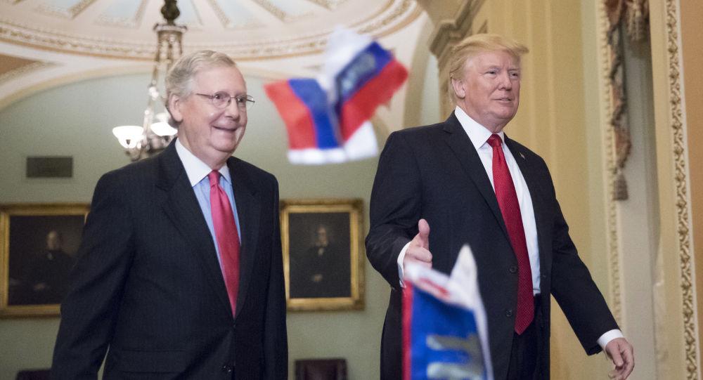 Mitch McConnell i Donald Trump w budynku Kapitolu w Waszyngtonie, kiedy nieznany mężczyzna rzucił w ich stronę paczkę rosyjskich flag