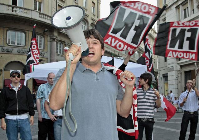 Aktywiści włoskiej partii prawicowej Forza Nuova wykrzykujący hasła i rozmachujący flagami