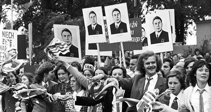 Misezkańcy Warszawy witają Leonida Breżniewa podczas jefo wizyty w PRl-u, 1974