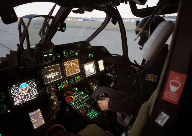 Lotnik na symulatorze Ka-52