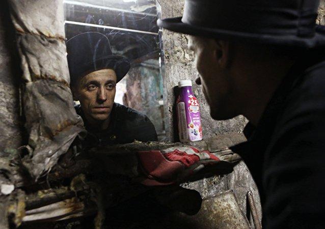 Pracownik firmy Truboczyst, kominiarz Maksim Czerkesow podczas pracy w Kaliningradzie.