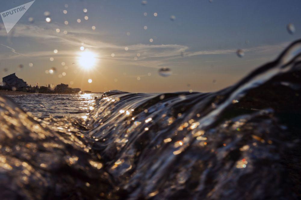 Fale Morza Czarnego na Krymie