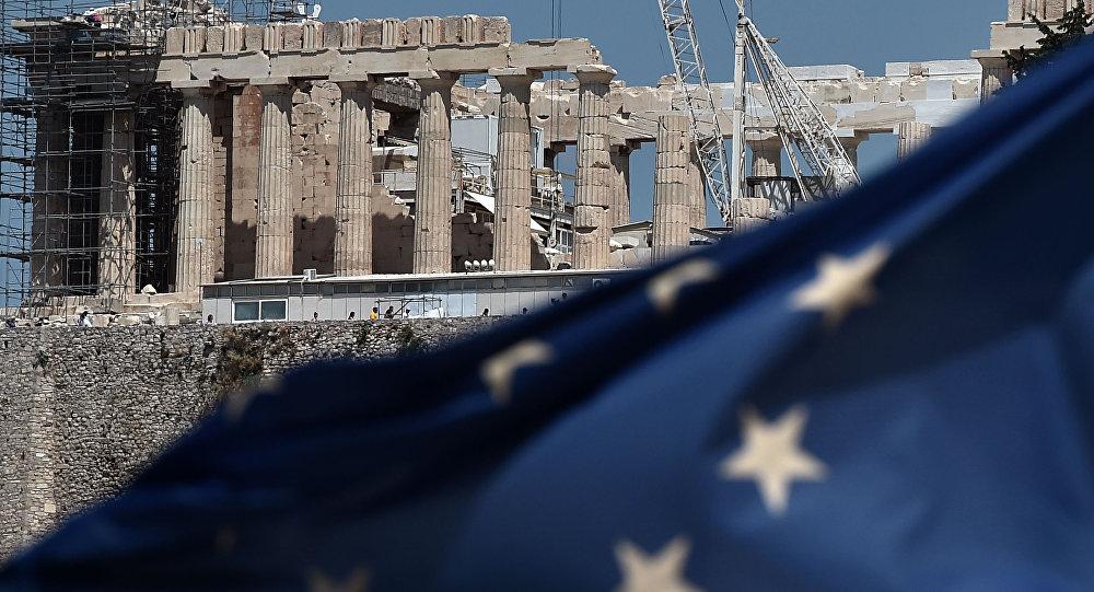 Flaga UE przed Partenonem na Akropolu w Atenach