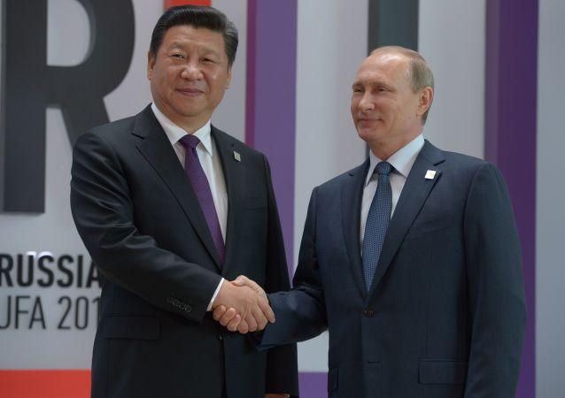 Przewodniczący Chińskiej Republiki Ludowej Xi Jinping i prezydent FR Władimir Putin na szczycie BRICS w Ufie