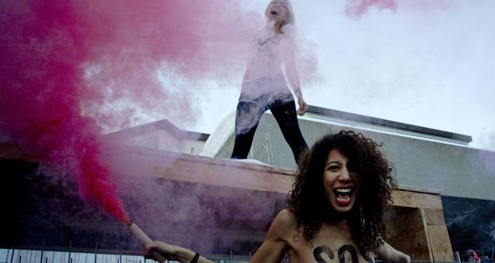 Aktywistki organizacji FEMEN podczas akcji