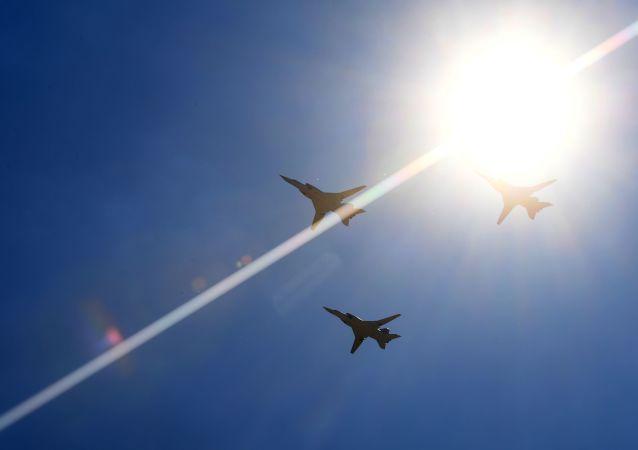 Naddźwiękowe bombowce rakietowe dalekiego zasięgu Tu-22M3 podczas parady powietrznej na festiwalu lotniczym Forsage-2017