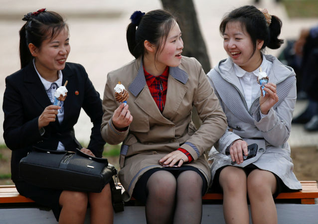 Dziewczyny siedzą na ławce z lodami w Pjongjangu.