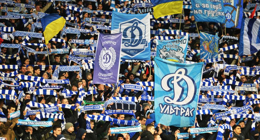 Kibice drużyny piłkarskiej Dynamo Kijów na trybunie podczas meczu. Zdjęcie archiwalne
